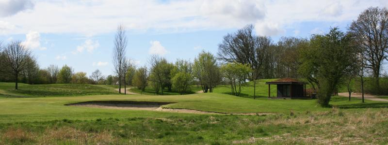 Hul 14 på Gilleleje Golfklub med den lille pavillon til højre, hvor der er toiletter, vand og en automat med øl og sodavand.